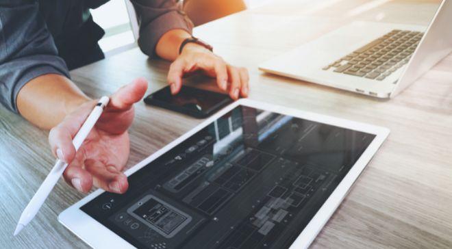 Diseñador web trabajando con una tableta.