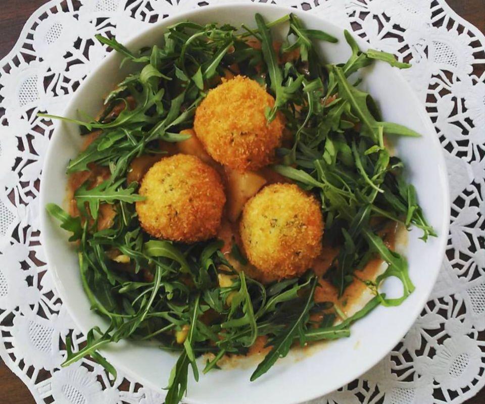 El local combina platos internacionales con la gastronomía vasca.