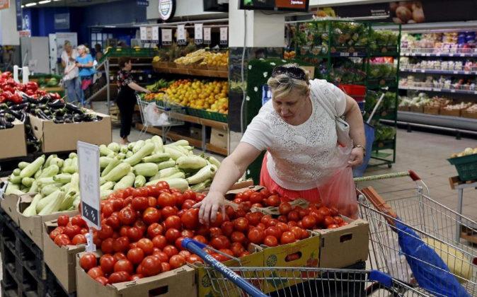 Una mujer hace la compra en un supermercado de Estados Unidos