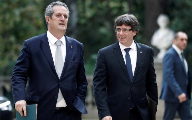 El presidente de la Generalitat, Carles Puigdemont, junto al conseller...