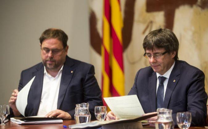 El presidente de la Generalitat , Carles Puigdemont, y su...