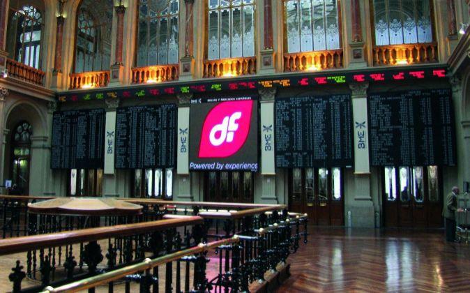 Imagen del logo de Duro Felguera en el monitor principal de la Bolsa...