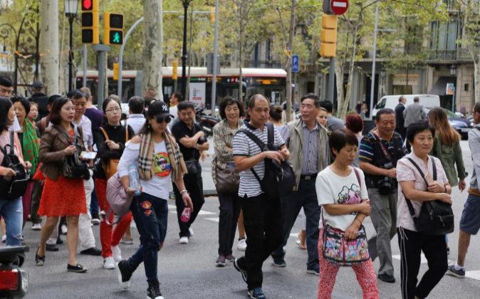 Turistas asiáticos en el Paseo de Gracia de Barcelona.