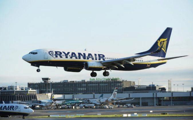 Un avión de Ryanair aterriza en el aeropuerto de Dublín.