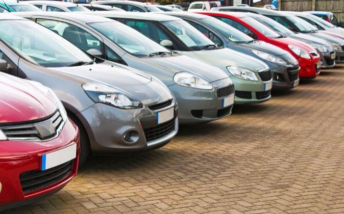 Vehículos alineados en un concesionario de coches.