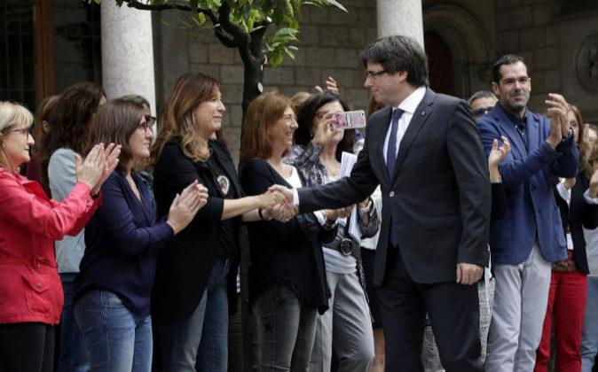 El presidente catalán, Carles Puigdemont, saluda hoy a los...