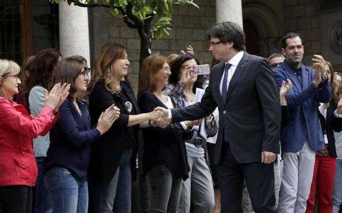 Empleados de la Generalitat, arropando al presidente, Carles...