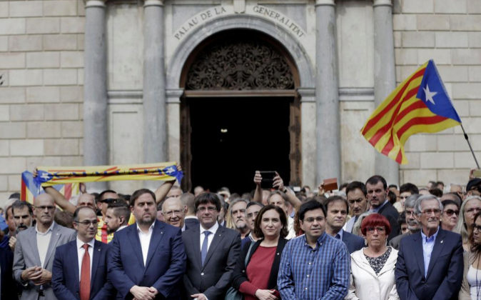 El presidente catalán, Carles Puigdemont, y la alcadesa de Barcelona,...