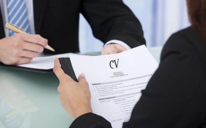 Currículum Vitae en una entrevista de trabajo.