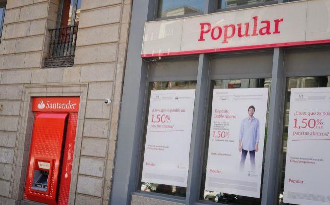Sucursal de Popular junto a otra de Santander.