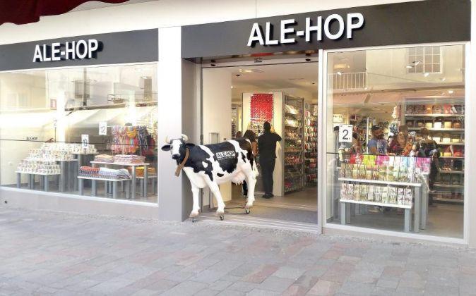 Una tienda Ale-Hop con la vaca que ha convertido en su enseña.