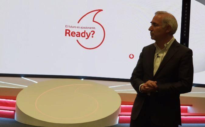 Antonio Coimbra, consejero delegado de Vodafone España con el nuevo...