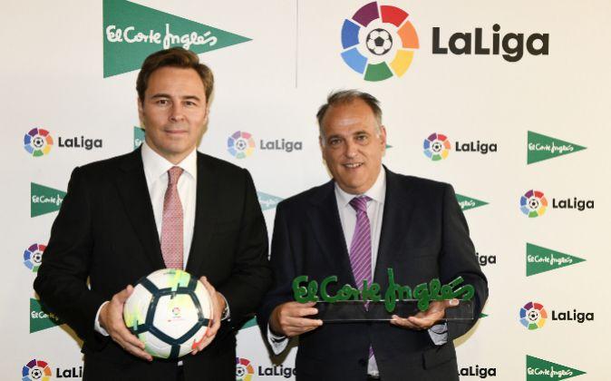 Dimas Gimeno, presidente de El Corte Inglés junto a Javier Tebas,...