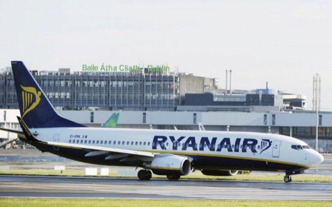 Un Boeing 737 de Ryanair aterriza en el aeropuerto de Dublín,...