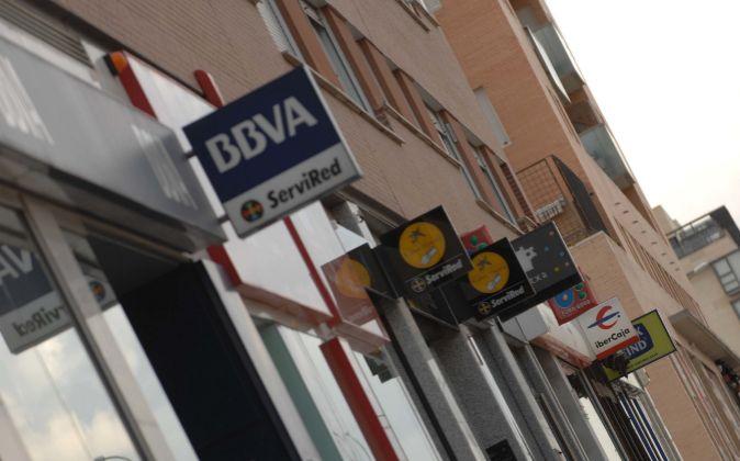 Calle con varias sucursales bancarias.