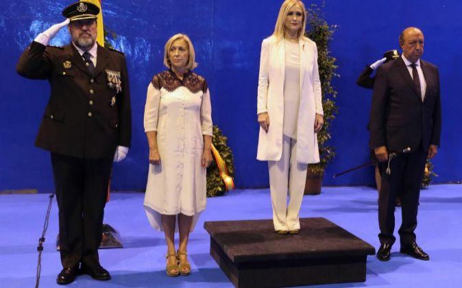 La presidenta de la Comunidad de Madrid, Cristina Cifuentes (2d), el...