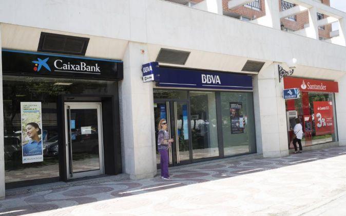 Sucursales de La Caixa, BBVA y de Banco Santander en la Avenida de...
