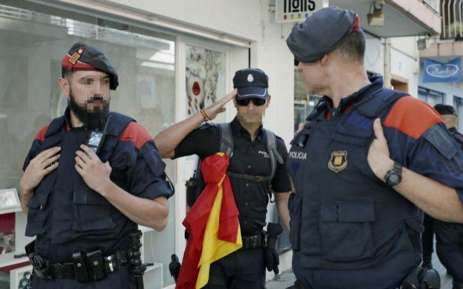 Dos mossos d'Esquadra y un policía nacional en Pineda de Mar...