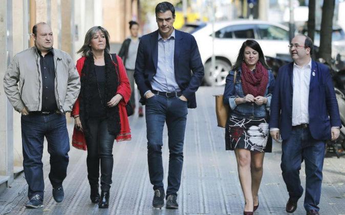 El secretario general del PSOE, Pedro Sánchez, y el primer secretario...