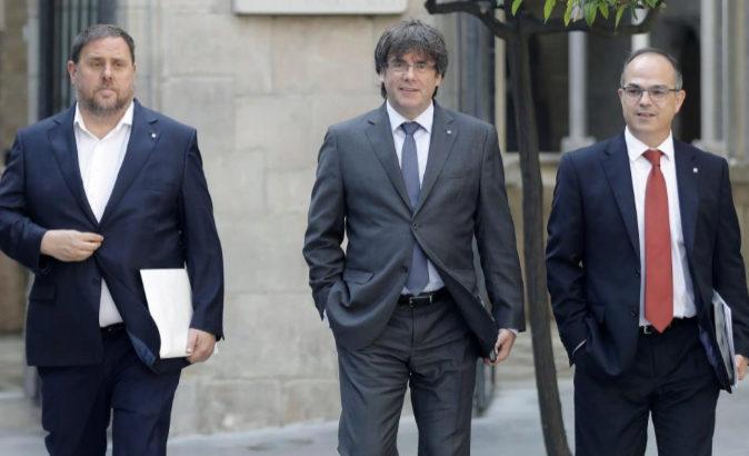 El presidente de la Generalitat, Carles Puigdemont, junto al...