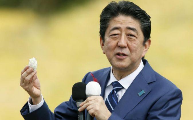 El primer ministro japonés Shinzo Abe de visita en Fukushima.