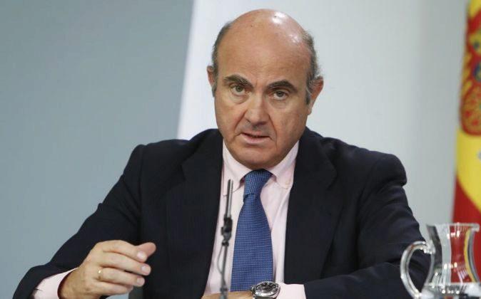El ministro de Economía, Luis de Guindos en la rueda de prensa...