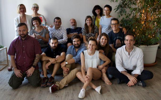 Arriba, primera por la izquierda, Carmen Bustos, CEO de Soulsight, con...