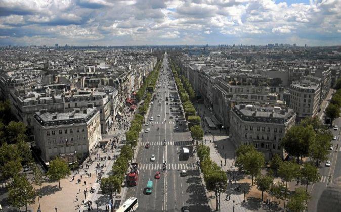 Vista aérea de los Campos Elíseos en París, Francia.