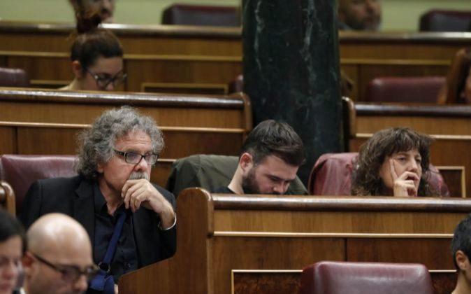 Los diputados de ERC, Joan Tardá (i) y Gabriel Rufián (2i), durante...