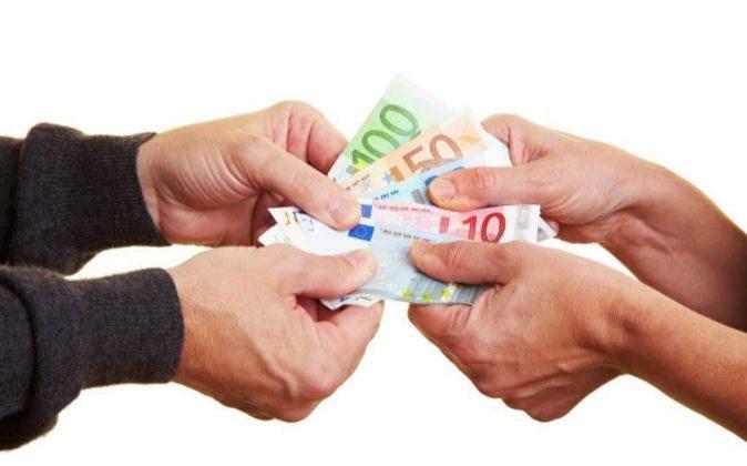 Manos con billetes de euro.