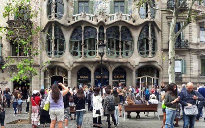 Turistas frente a la casa de Batlló, en Barcelona, el pasado mes de...