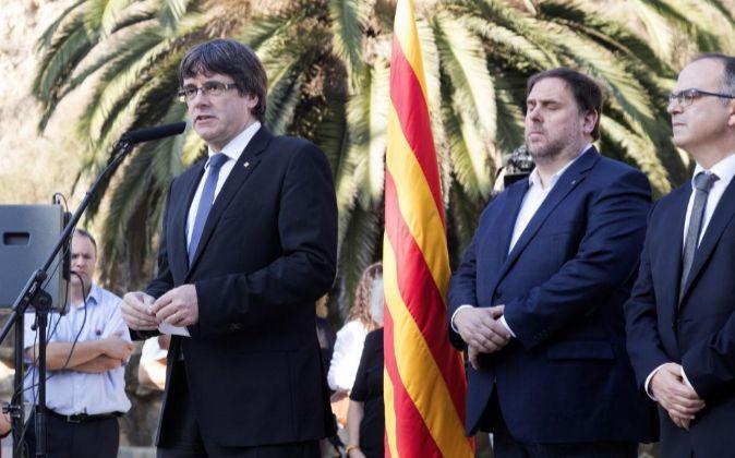 El presidente de la Generalitat, Carles Puigdemont (i), junto al...