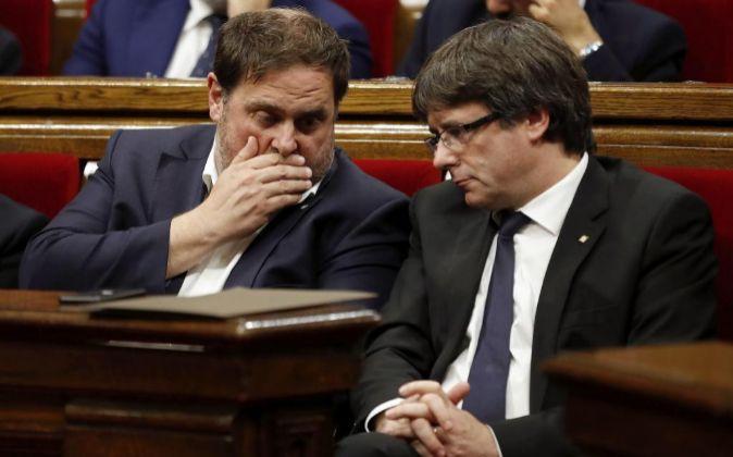 El presidente de la Generalitat, Carles Puigdemont(d), y el...