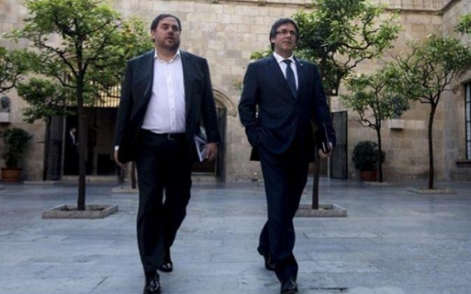 El presidente de la Generalitat, Carles Puigdemont (d), y el...