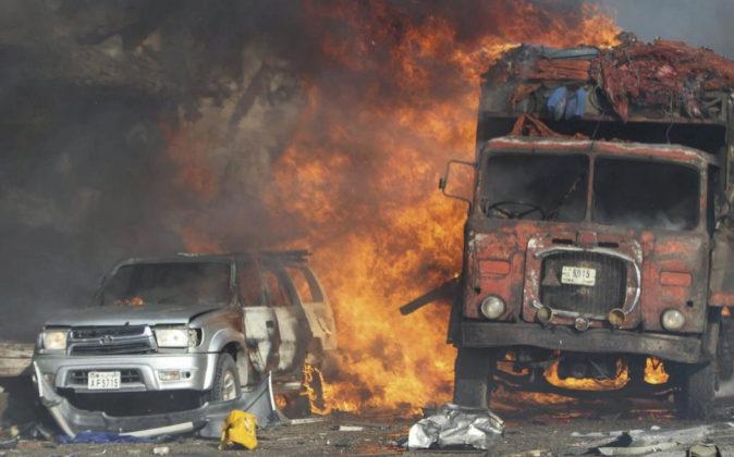 Vehículos ardiendo en el lugar de la explosión.