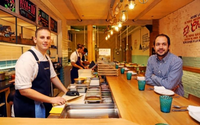 El cocinero César Bellido (izda.), junto a Alonso Ferraro, socio de...
