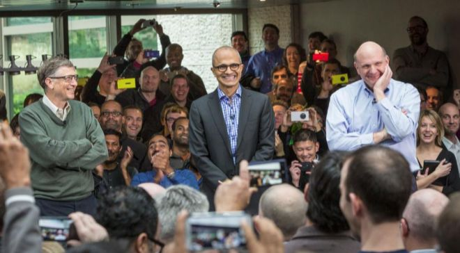 Satya Nadella, en el centro, es el tercer consejero delegado de...