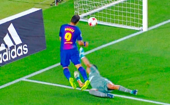 El delantero uruguayo del FC Barcelona Luis Suárez fingió con...