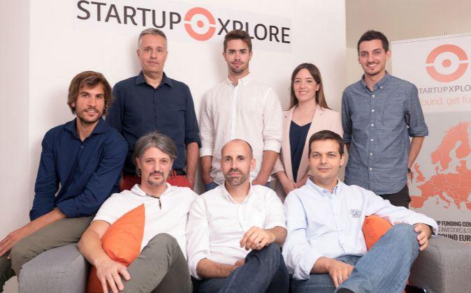 En el centro, sentado, Javier Megias, CEO de Startupxplore, con su...