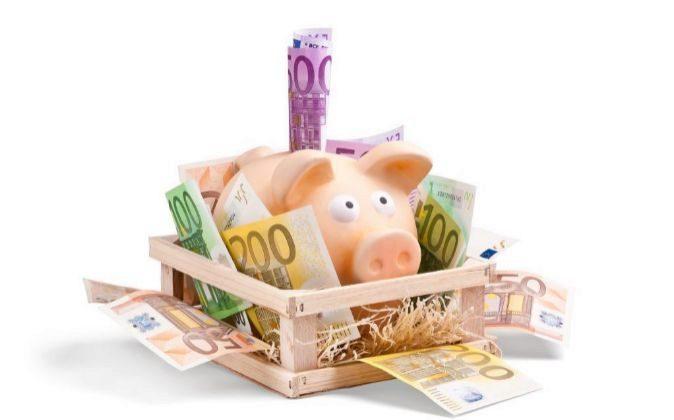 Hucha de un cerdito con billetes de euro.