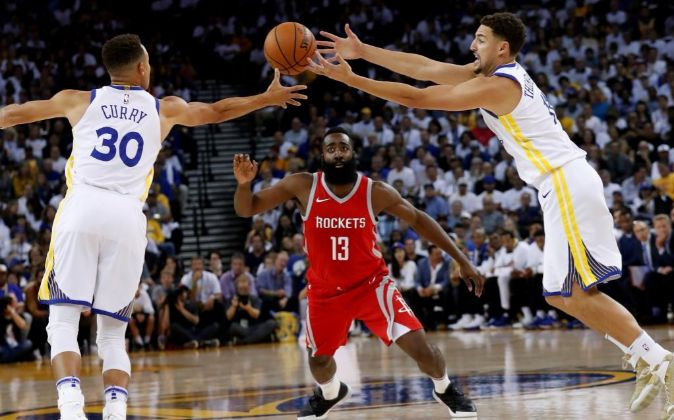 Stephen Curry (d), James Harden (c) y Klay Thompson (d) durante el...