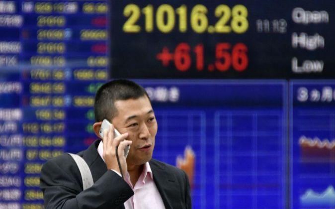 Imagen de las pantallas de la Bolsa de Tokio con el Nikkei por encima...