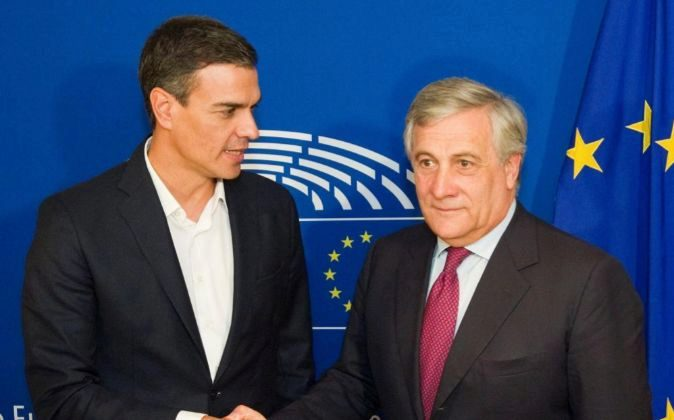 El Presidente del Parlamento Europeo, Antonio Tajani (d), junto al...