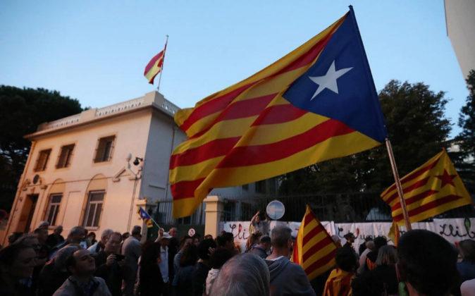 Manifestación independentista anteayer frente al consulado español...