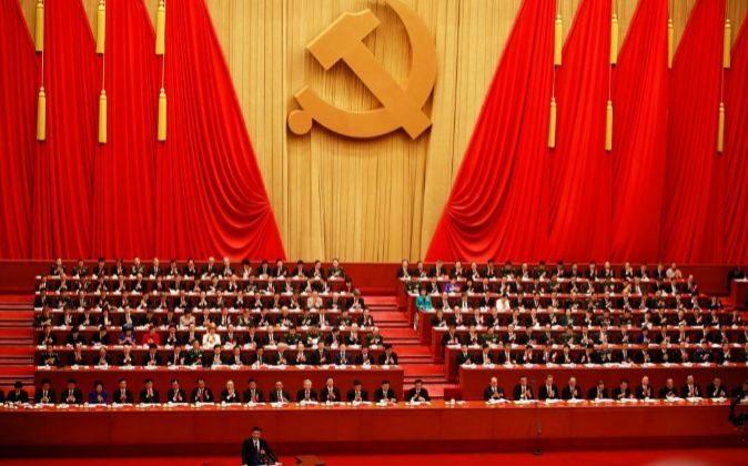 El presidente chino, Xi Jinping (izq), da un discurso durante la...