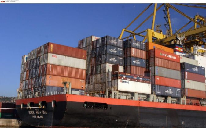 Barcos cargan contenedores en el puerto de Barcelona.