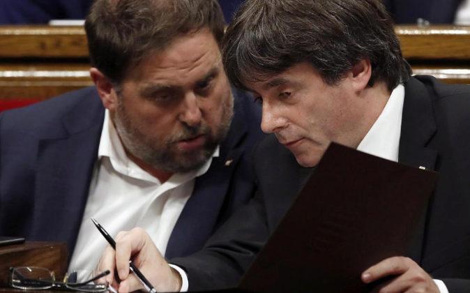 El presidente de la Generalitat, Carles Puigdemont, y el...