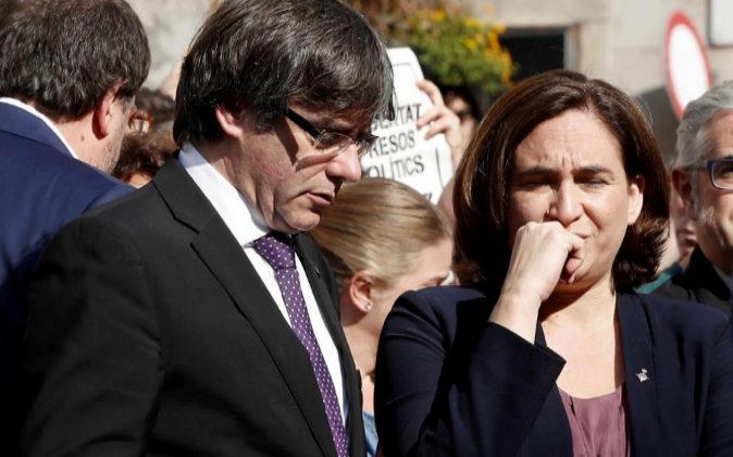 El presidente de la Generalitat, Carles Puigdemont, y la alcaldesa de...