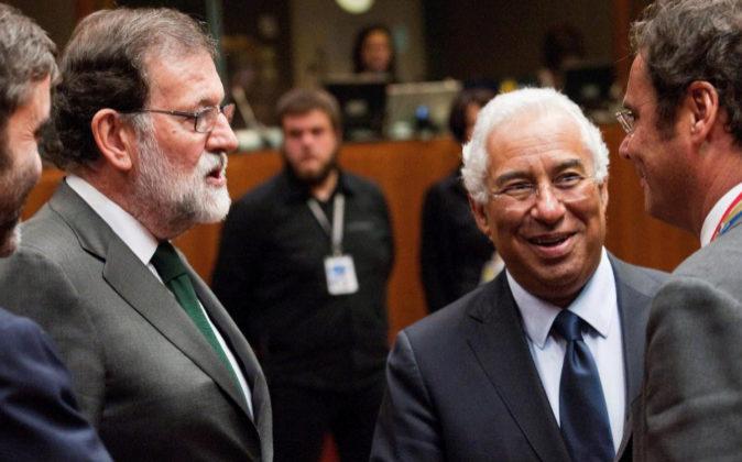El presidente del Gobierno, Mariano Rajoy, conversa hoy con el primer...