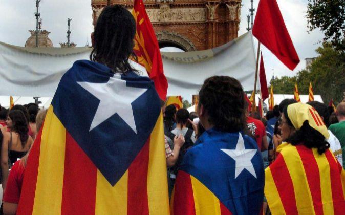 Varias personas portan la bandera independentista de Cataluña el...